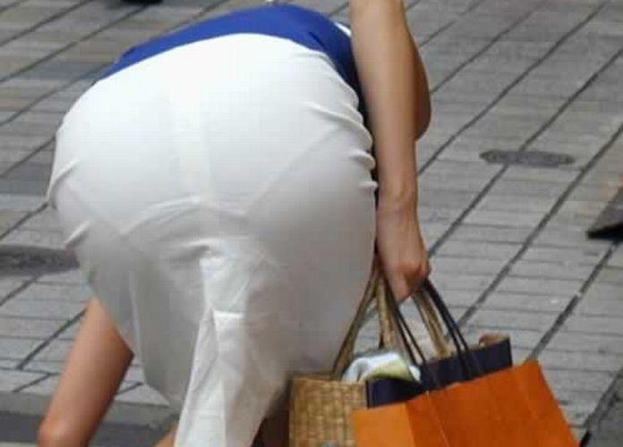 OLのタイトスカート透けパンティライン盗撮エロ画像3枚目