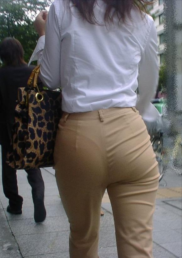 OLのタイトスカート透けパンティライン盗撮エロ画像16枚目