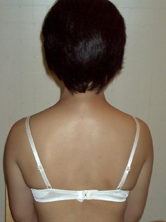 OLの着替え中の更衣室ブラジャーホック盗撮エロ画像2枚目