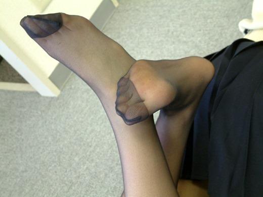 OLの黒パンストを脱ごうとする足裏つま先エロ画像12枚目