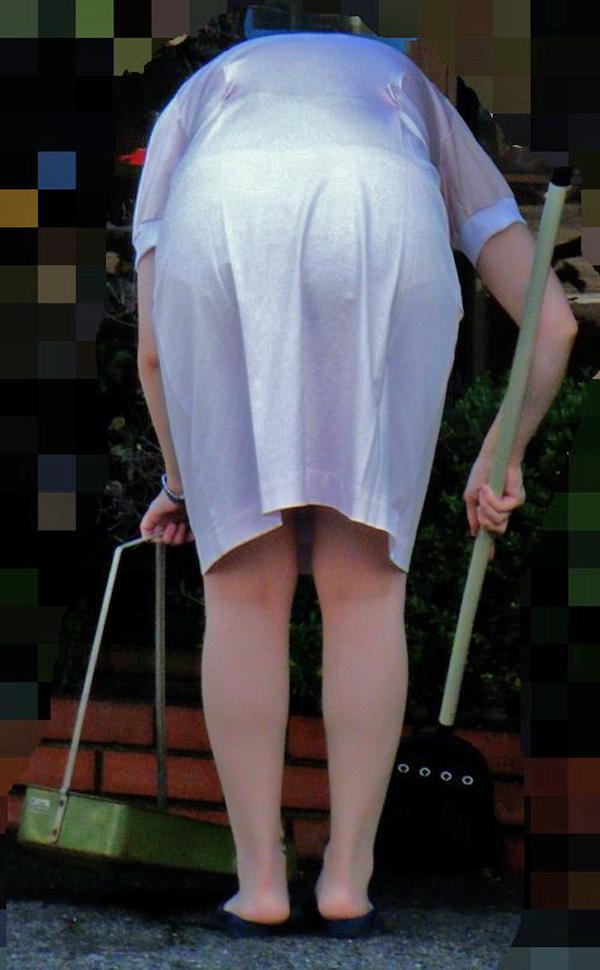 白衣の熟女ナースの透けパンティライン盗撮エロ画像9枚目