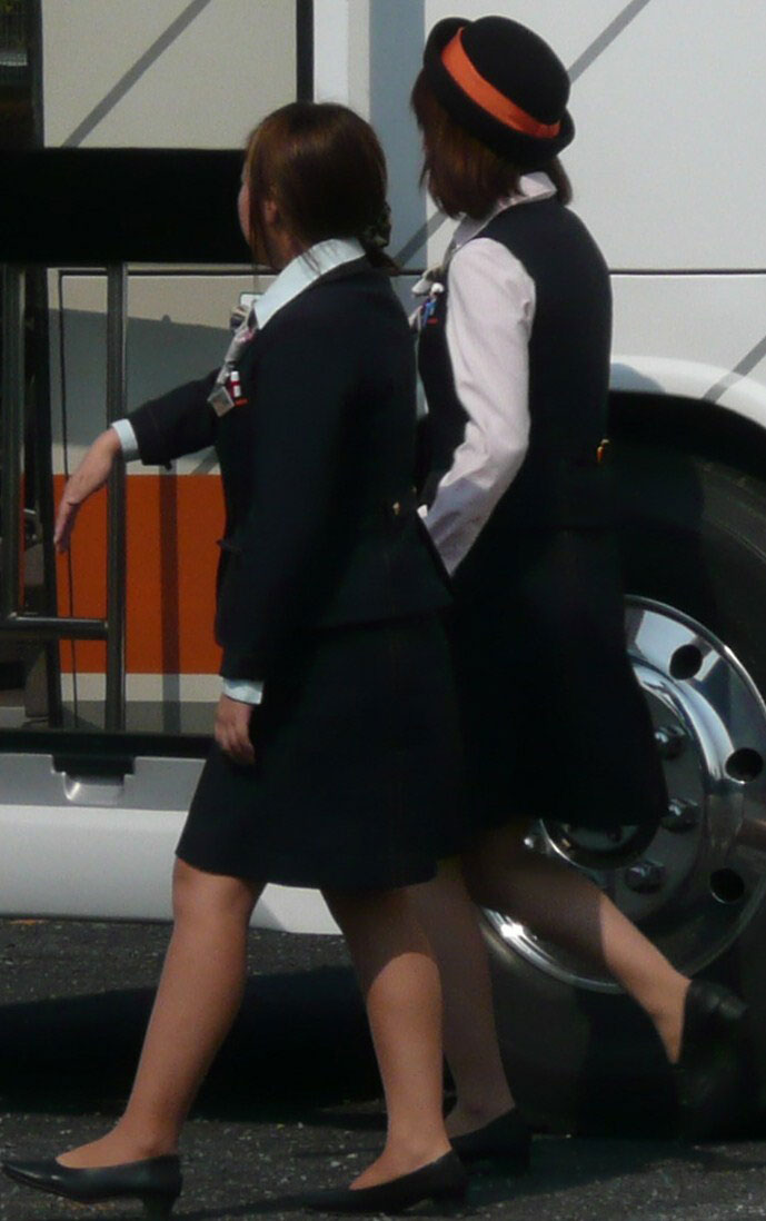 美脚バスガイドの前かがみスカート盗撮エロ画像3枚目