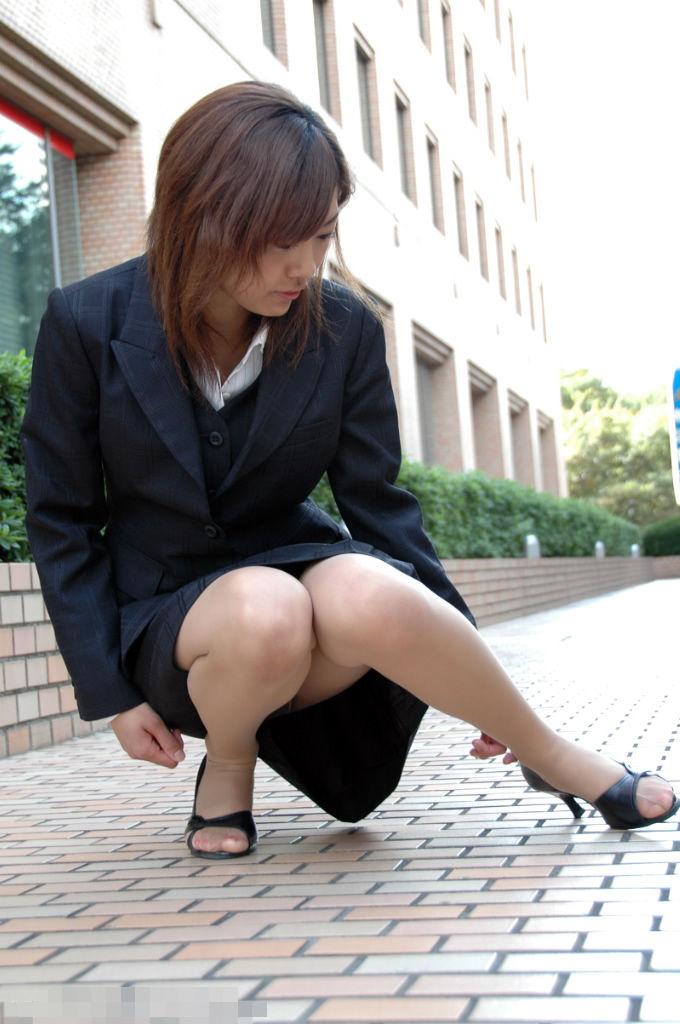 美脚OLの色々な角度とパンストスカートエロ画像2枚目