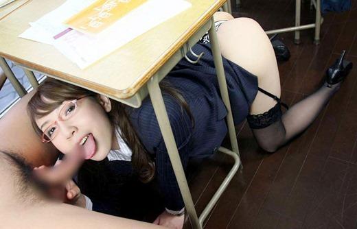 淫乱女教師が机の下フェラで童貞狩りのエロ画像1枚目