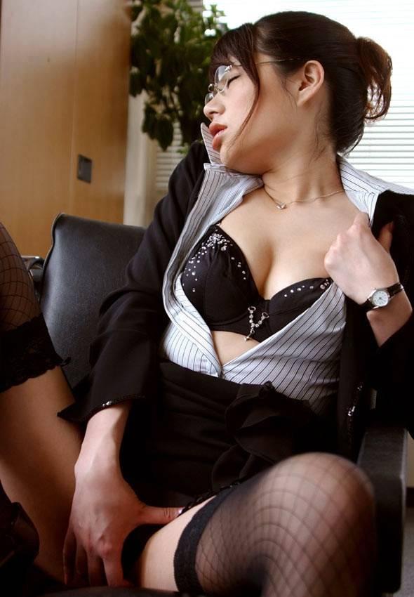 スーツOLの胸元ブラウスからブラジャーエロ画像7枚目
