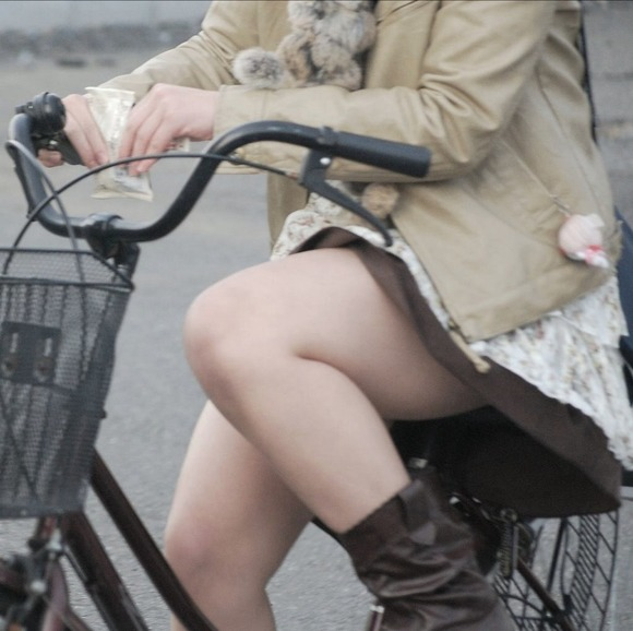 素人OLの自転車に乗るタイトスカート盗撮エロ画像2枚目