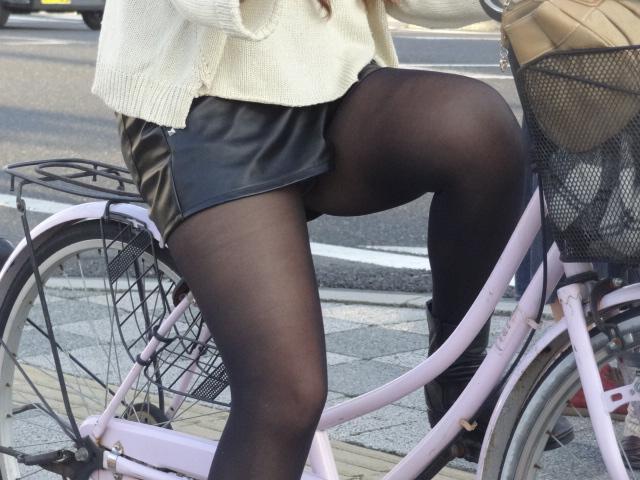 素人OLの自転車に乗るタイトスカート盗撮エロ画像5枚目