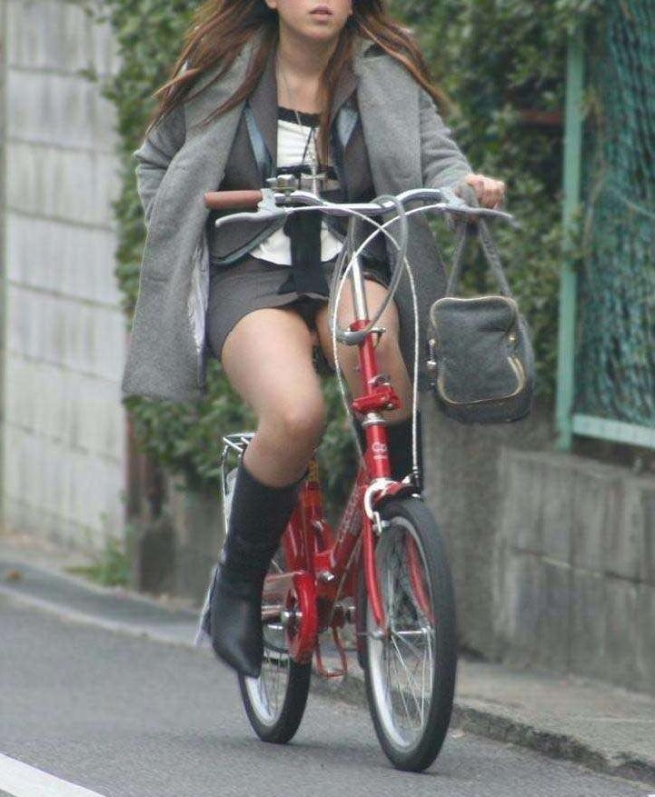 素人OLの自転車に乗るタイトスカート盗撮エロ画像7枚目