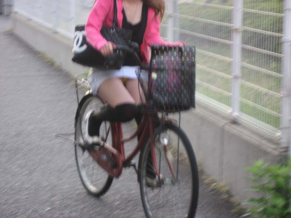素人OLの自転車に乗るタイトスカート盗撮エロ画像8枚目