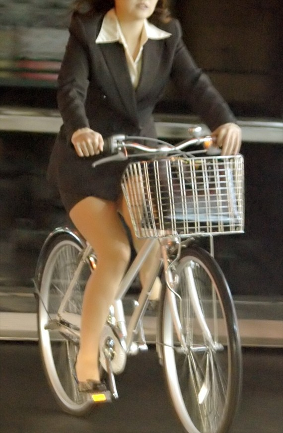 素人OLの自転車に乗るタイトスカート盗撮エロ画像13枚目