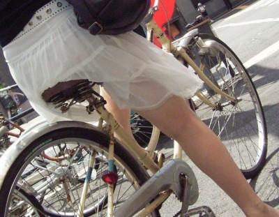 素人OLの自転車に乗るタイトスカート盗撮エロ画像15枚目
