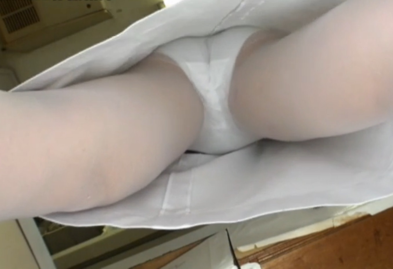 白衣ナースのまんすじまで透けてる逆さ盗撮エロ画像1枚目