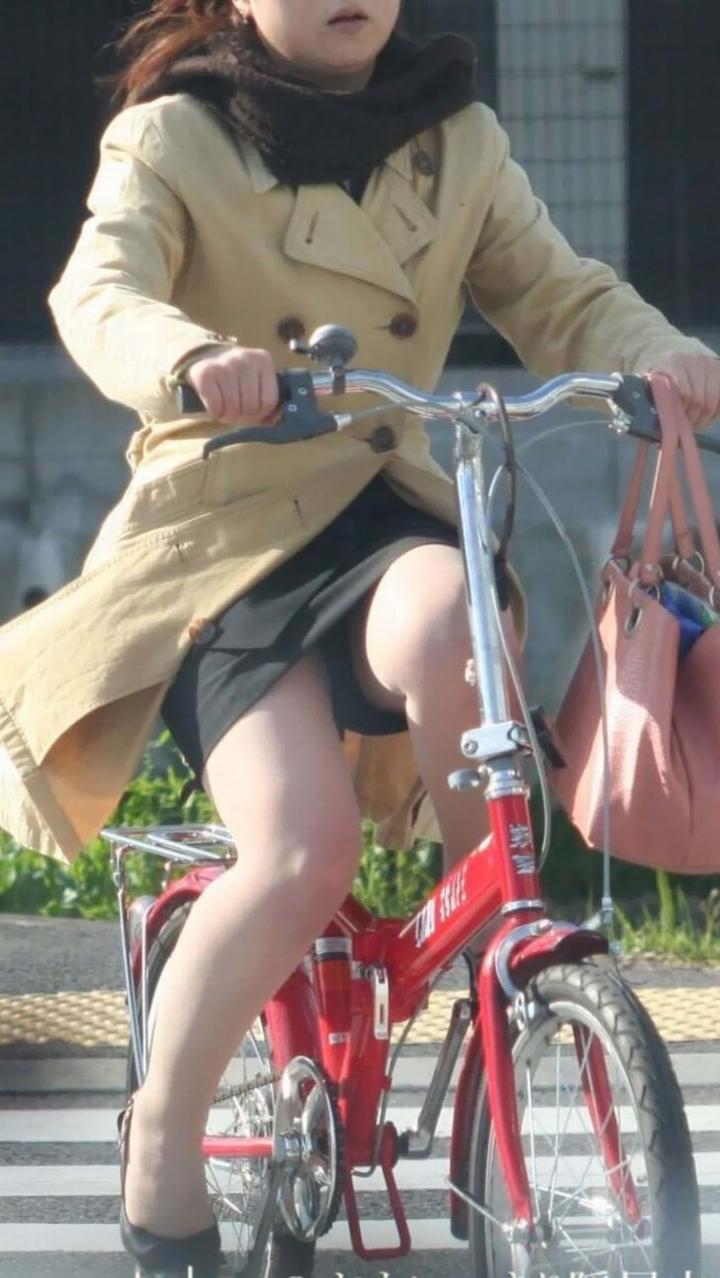 OLのふとした瞬間の三角ゾーン自転車盗撮エロ画像2枚目