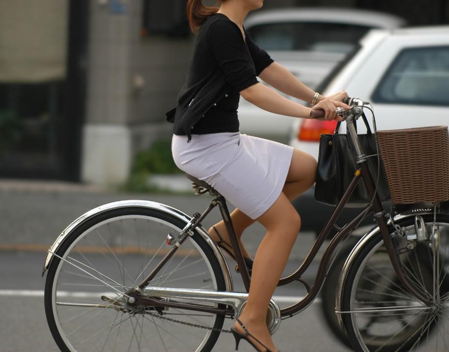 OLのふとした瞬間の三角ゾーン自転車盗撮エロ画像15枚目