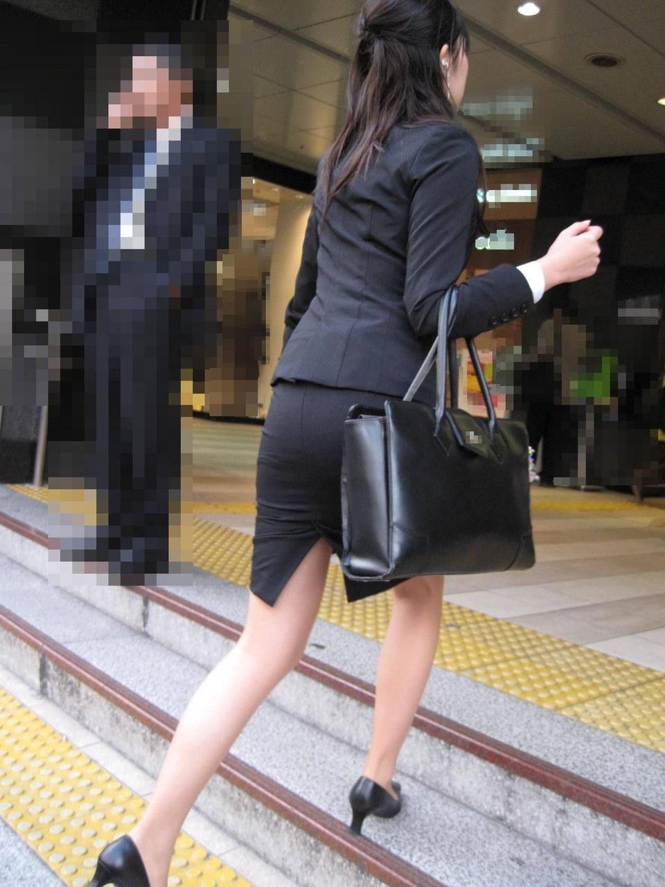 美脚OLの通勤中のタイトスカート盗撮エロ画像1枚目