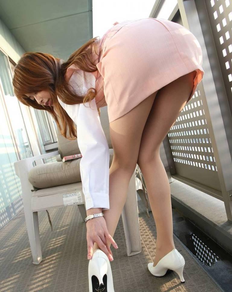美脚OLの通勤中のタイトスカート盗撮エロ画像2枚目