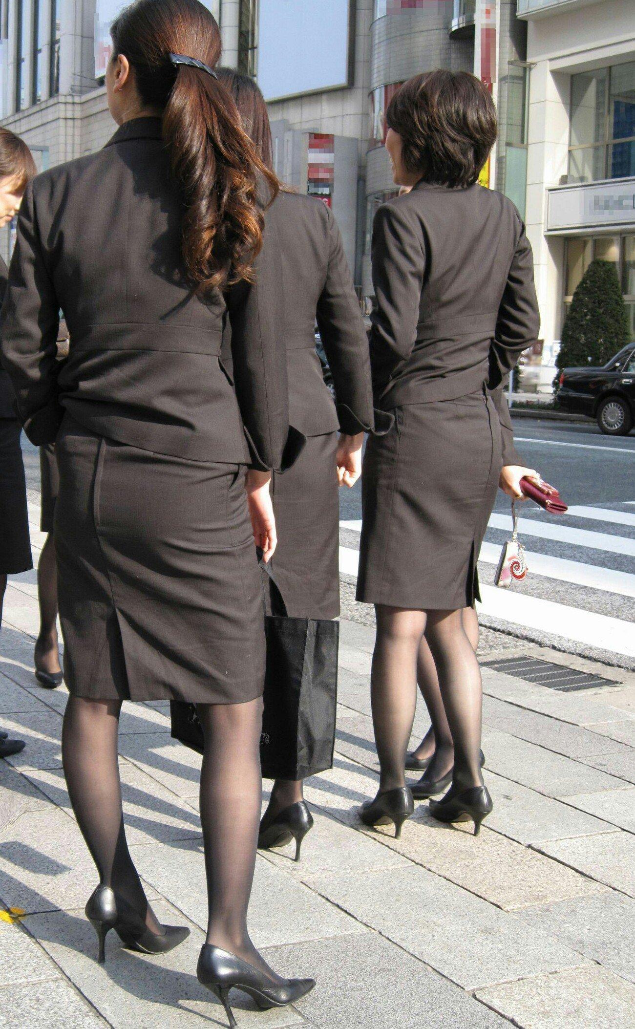 美脚OLの通勤中のタイトスカート盗撮エロ画像11枚目