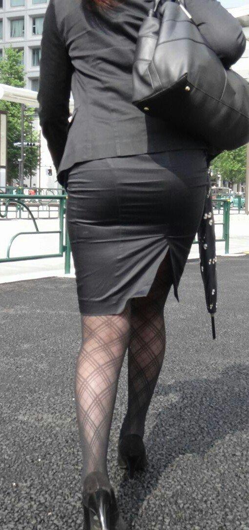 美脚OLの通勤中のタイトスカート盗撮エロ画像12枚目