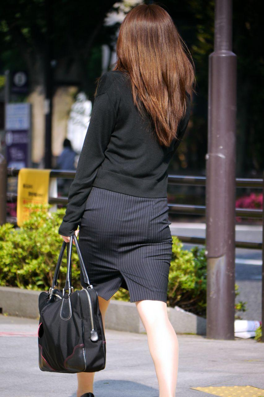 美脚OLの通勤中のタイトスカート盗撮エロ画像13枚目