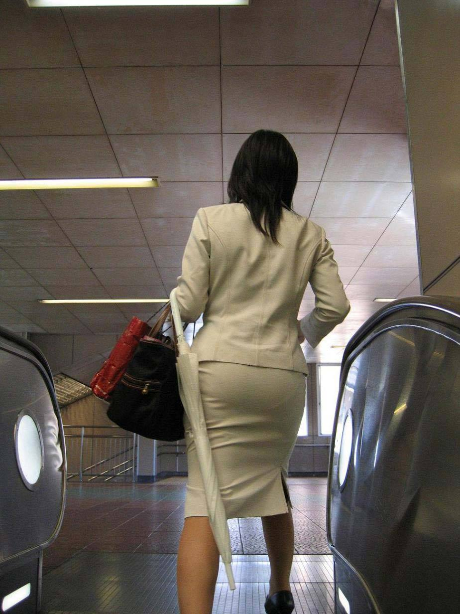 美脚OLの通勤中のタイトスカート盗撮エロ画像14枚目
