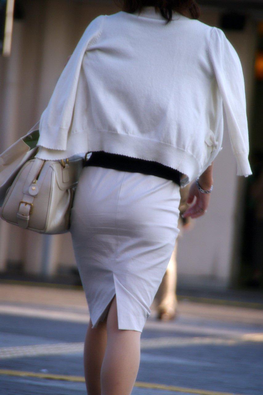 美脚OLの通勤中のタイトスカート盗撮エロ画像15枚目