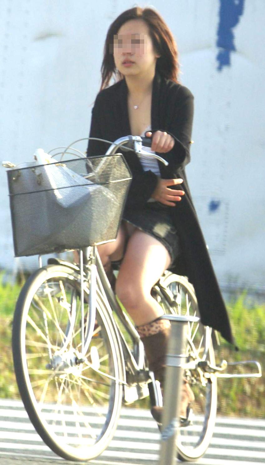 自転車OLのニットカーディガン美乳盗撮エロ画像13枚目