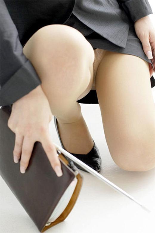 しゃがみ女教師のタイトスカートパンチラ盗撮画像1枚目