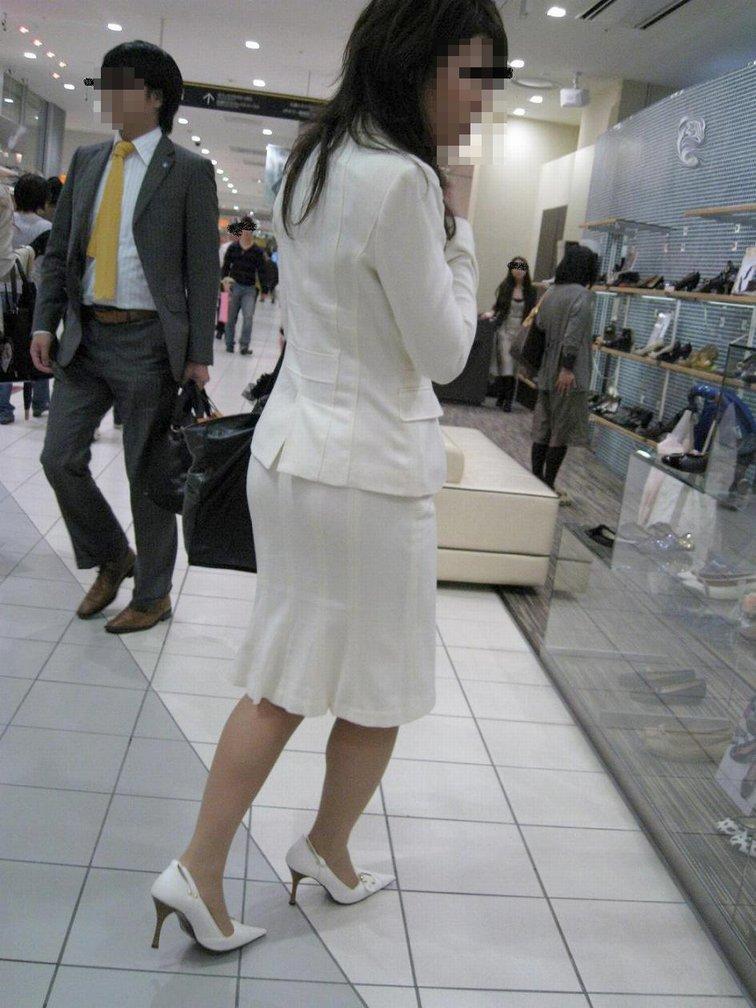 リクスーOLの出勤を急ぐタイトスカート盗撮エロ画像2枚目