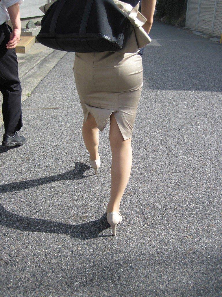 リクスーOLの出勤を急ぐタイトスカート盗撮エロ画像10枚目