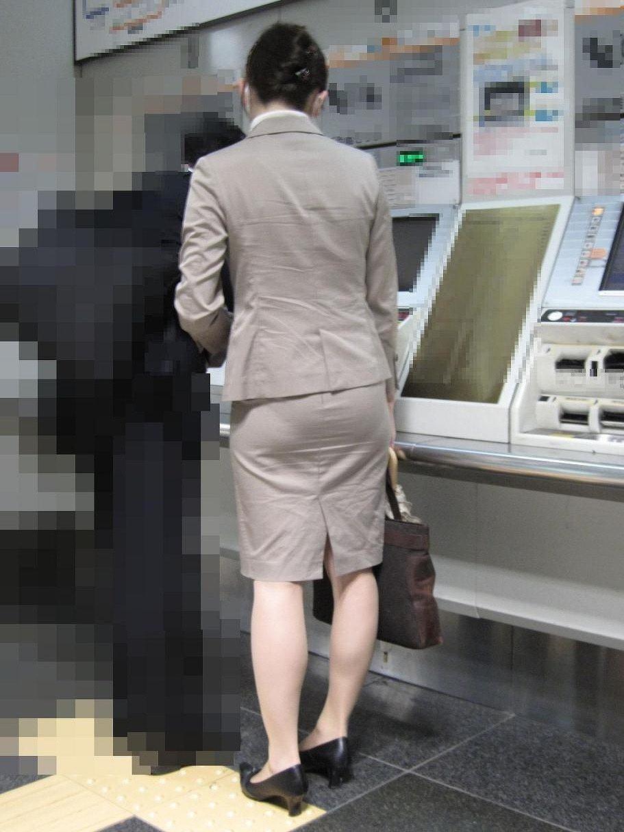 リクスーOLの出勤を急ぐタイトスカート盗撮エロ画像16枚目