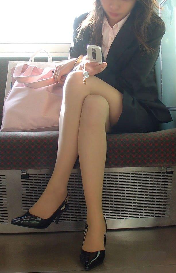 OL達の卑猥な美脚と薄く透けてるパンストエロ画像9枚目