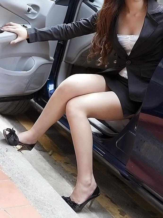 OL達の卑猥な美脚と薄く透けてるパンストエロ画像15枚目
