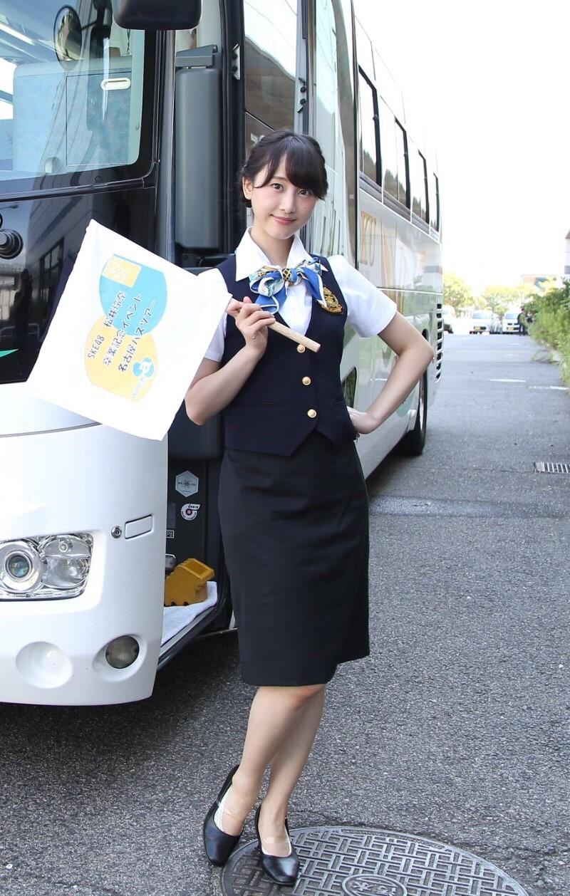 研修中のバスガイドのタイトスカート盗撮エロ画像2枚目