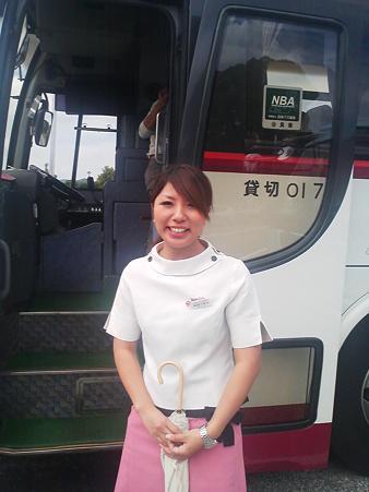 新人バスガイド研修中のタイトスカート盗撮エロ画像4枚目