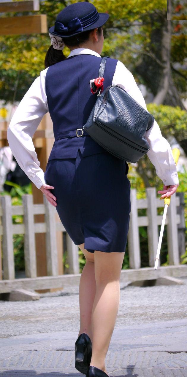 新人バスガイド研修中のタイトスカート盗撮エロ画像7枚目
