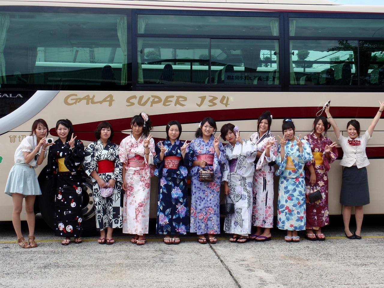 新人バスガイド研修中のタイトスカート盗撮エロ画像10枚目