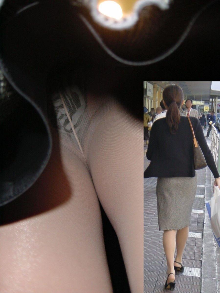 OLのタイトスカート内の生理下着逆さ盗撮エロ画像3枚目