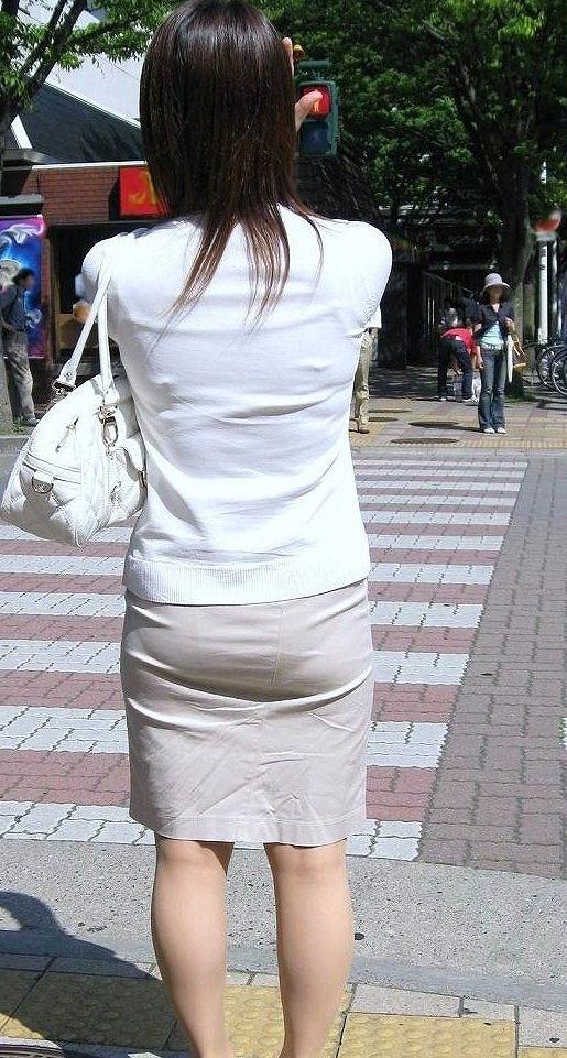 熟女OLのパンティラインが透けた巨尻盗撮エロ画像7枚目