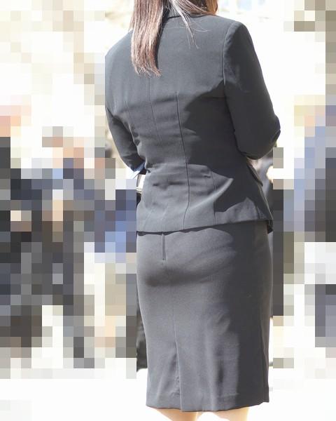 熟女OLのパンティラインが透けた巨尻盗撮エロ画像12枚目