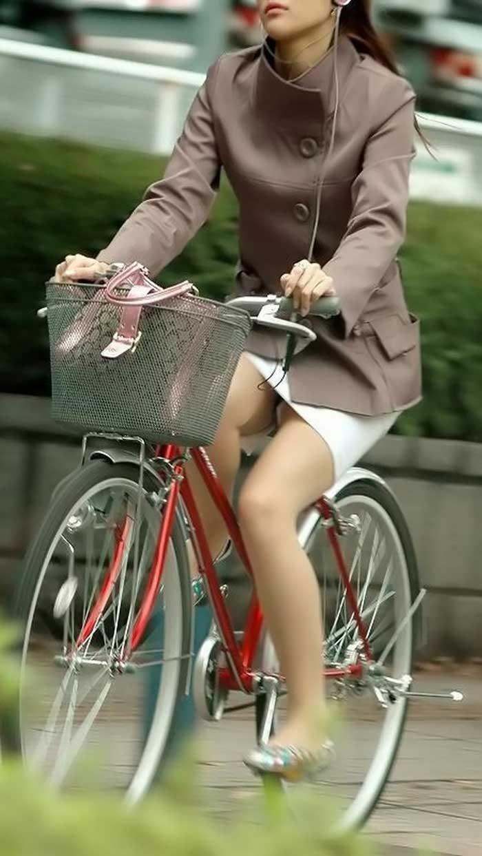 OLの白タイトミニと自転車パンチラの盗撮エロ画像1枚目