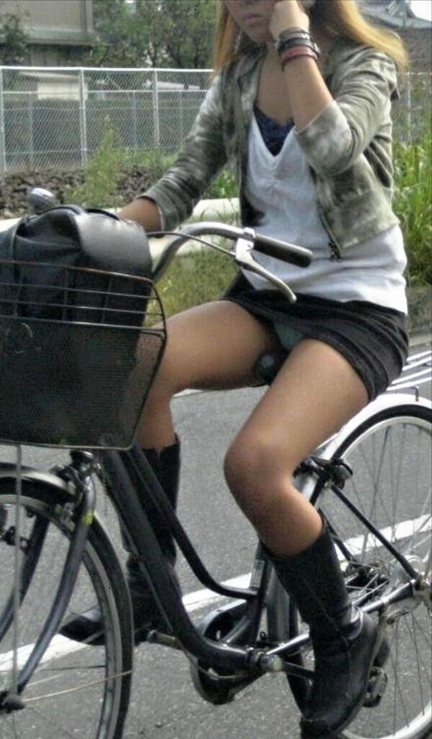 OLの白タイトミニと自転車パンチラの盗撮エロ画像2枚目