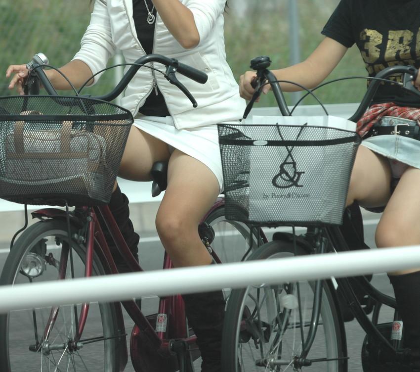 OLの白タイトミニと自転車パンチラの盗撮エロ画像6枚目