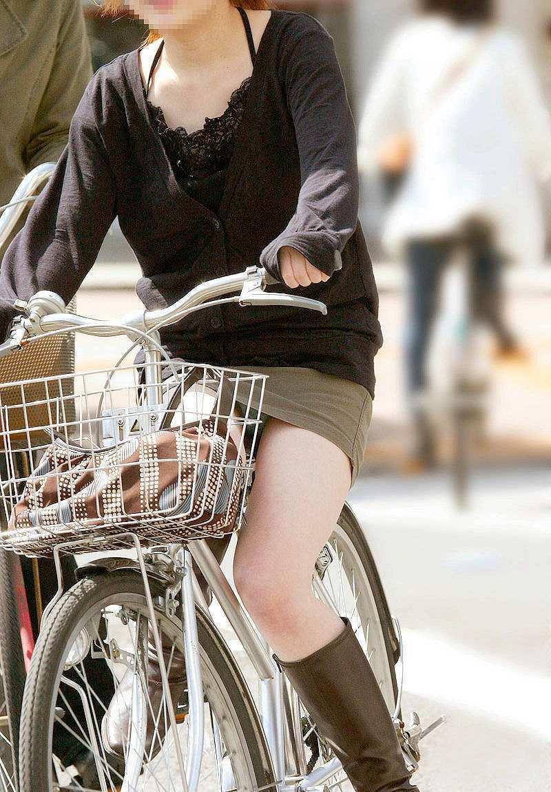 OLの白タイトミニと自転車パンチラの盗撮エロ画像7枚目
