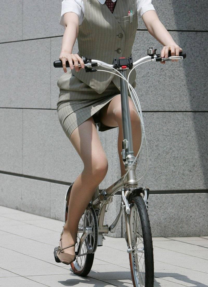 OLの白タイトミニと自転車パンチラの盗撮エロ画像8枚目
