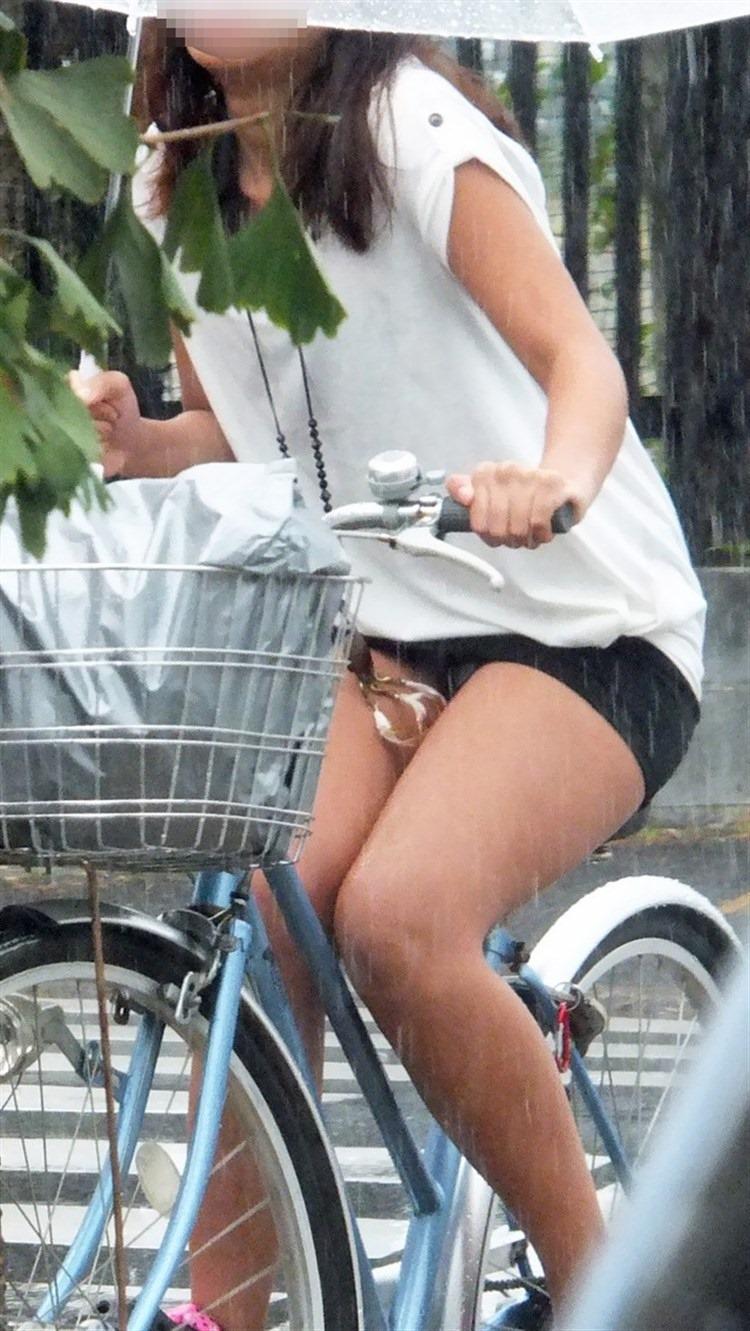 OLの白タイトミニと自転車パンチラの盗撮エロ画像9枚目