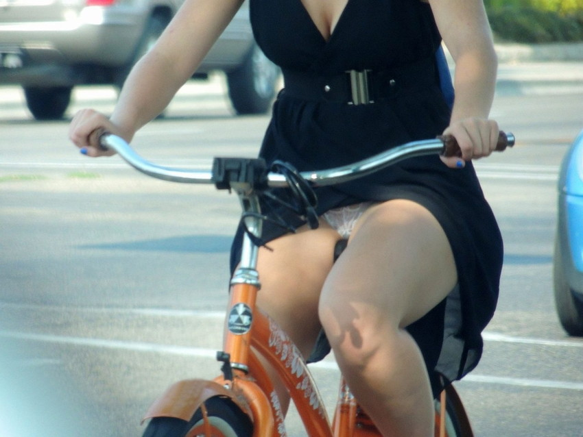 OLの白タイトミニと自転車パンチラの盗撮エロ画像13枚目