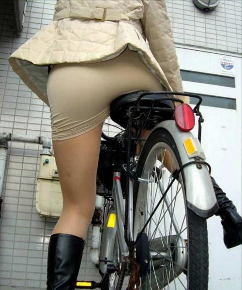 OLの白タイトミニと自転車パンチラの盗撮エロ画像15枚目
