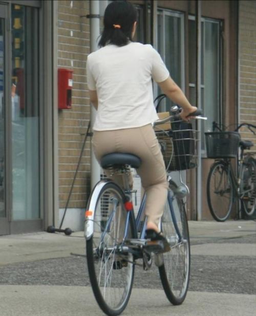 OLの白タイトミニと自転車パンチラの盗撮エロ画像16枚目