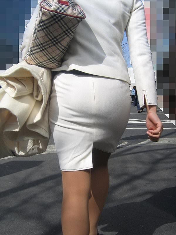 素人OLの巨尻を突き出したタイトスカート盗撮画像2枚目