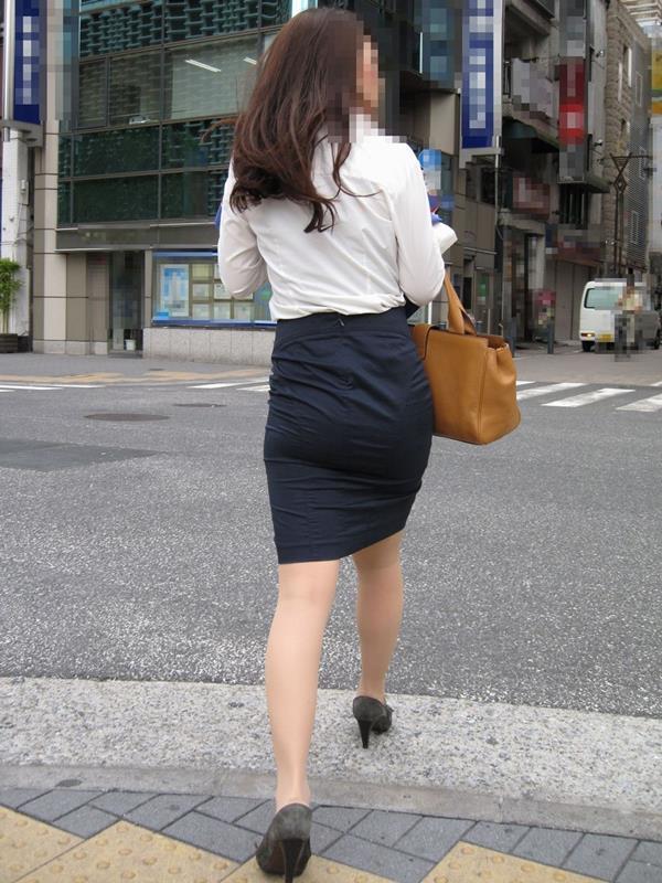 素人OLの巨尻を突き出したタイトスカート盗撮画像9枚目